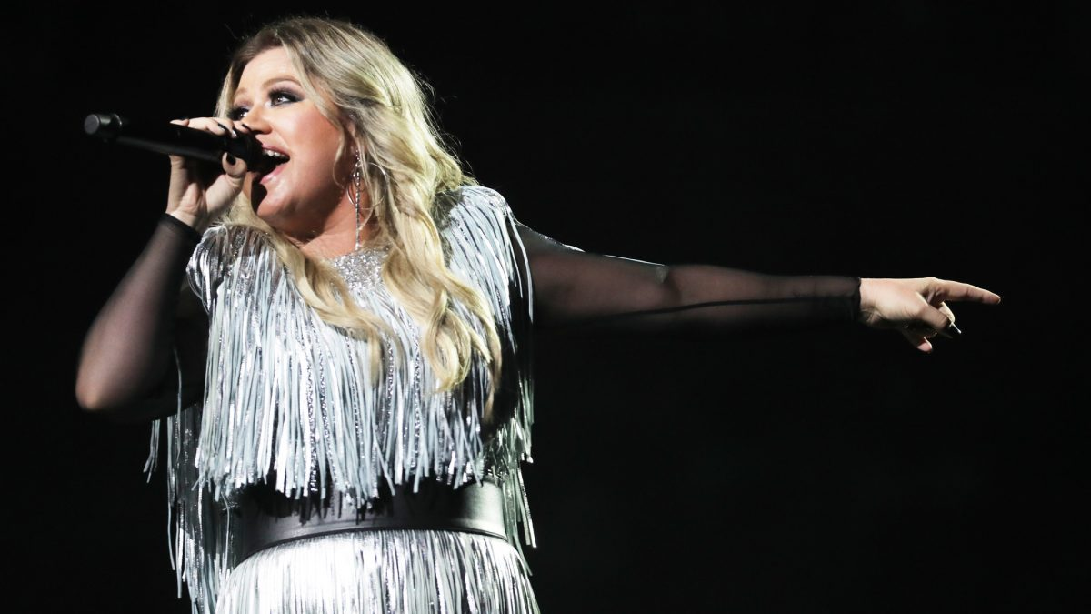 Kelly Clarkson Shouts Out to Lip Syncing Mom at Terps Game